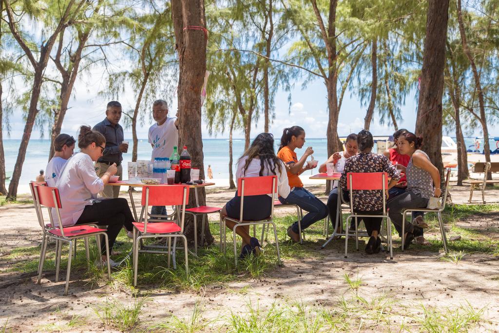 Personnes qui mangent sur plage de mon choisy